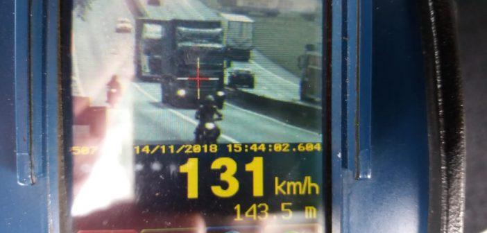 PRF flagra caminhão a 131 km/h em Barra Mansa