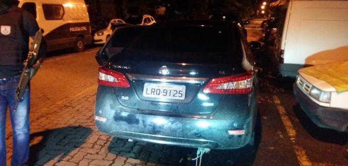 Menor é apreendido com carro roubado no Centro de Resende