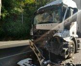 PRF registra colisão entre carretas na Serra das Araras