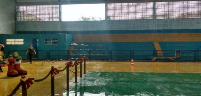 Parede de ginásio desaba com chuva e crianças ficam feridas