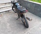 Dupla abandona motocicleta com chassi remarcado ao avistar PM na Baixada da Olaria, em Resende