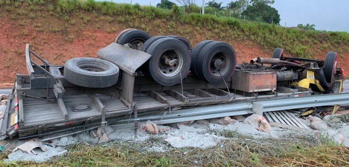 PRF registra tombamento de caminhão em Vassouras