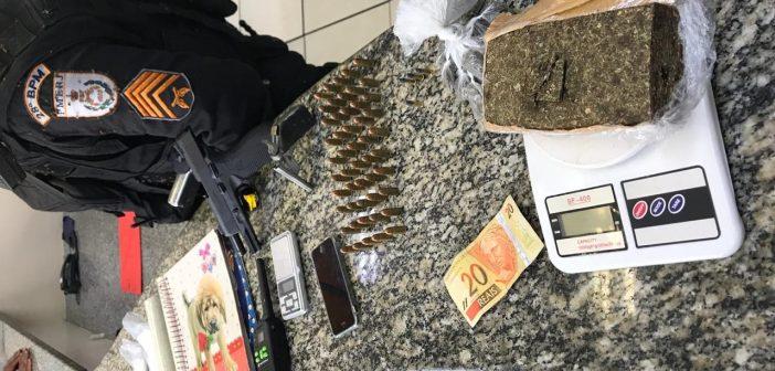 Drogas apreendidas com suspeito de tráfico são apresentadas pela PM na 90ª DP