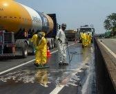 Colisão entre caminhão e carreta causa derramamento de produto químico na Via Dutra